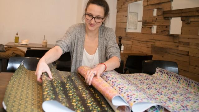 Sarah Kessler mit umweltfreundlichem Geschenkpapier im Benko Cafè in der Luisenstraße 41