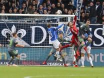 2 Bundesliga SV Darmstadt 98 FC Ingolstadt 04 Torwart Fabijan Buntic 24 FCI boxt Ball weg