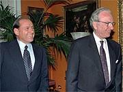 Silvio Berlusconi und Rupert Murdoch; AP