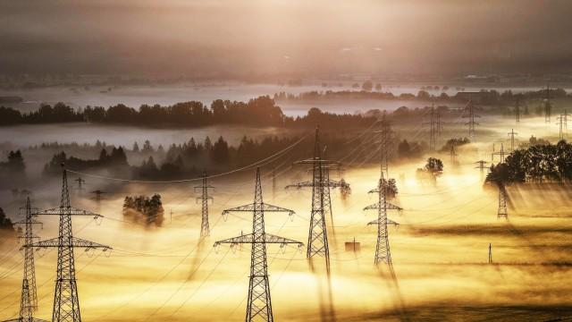 Kaprun THEMENBILD Strommasten mit Leitungen und Landschaft im Nebel bei Sonnenaufgang aufgenommen