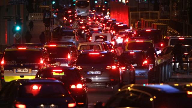 Verkehrsstau in der Junghofstrasse stadtauswärts in der Innenstadt Frankfurt am Abend Hessen Deuts