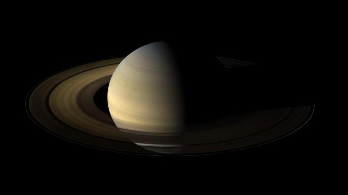 Saturnringe sind so dick wie die Rocky Mountains