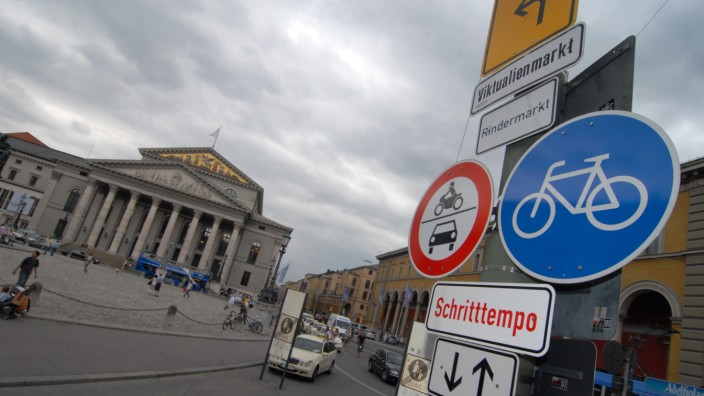 Verkehrsschilder am Max-Joseph-Platz, 2009