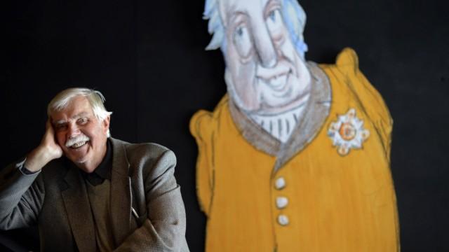 Fritz Weigle alias F W Bernstein posiert am Dienstag 12 03 13 vor seinem Goethe in der Ausstel