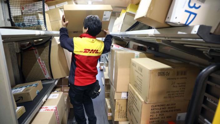 DHL-Paketdienst im vorweihnachtlichen Hochbetrieb