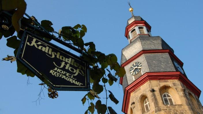 Echter Wein Weinrebe Vitis vinifera Kirchturm in Kallstadt an der deuschen Weinstrasse Deutsch