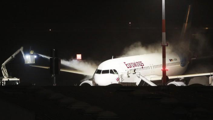 Enteisen der Flugzeuge auf dem Hamburger Airport
