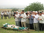Beerdigung einer ermordeten Menschenrechtlerin nahe Grosny. dpa