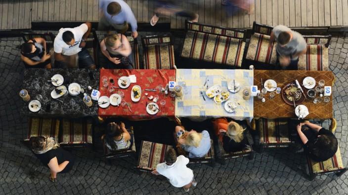 Turkey Istanbul people in outdoor restaurant on Ibni Kemal Caddesi road PUBLICATIONxINxGERxSUIxAUT