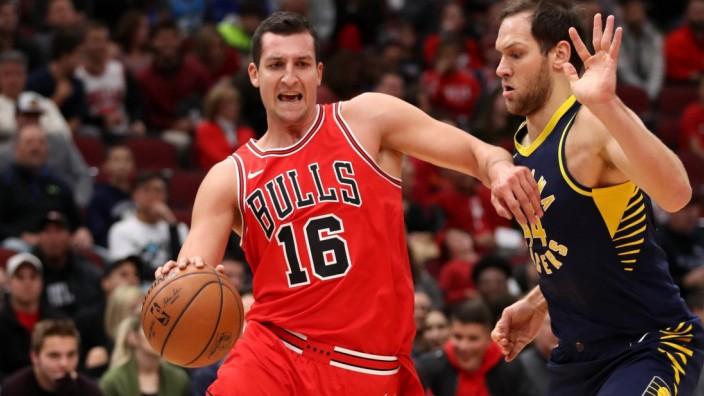 Bilder des Tages SPORT November 10 2017 Chicago IL USA The Chicago Bulls Paul Zipser 16; Paul Zipser