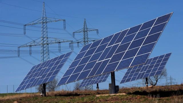 Strommasten und Solaranlagen