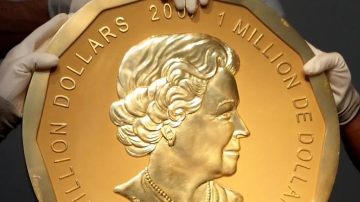 FILE PHOTO - A 2007 Canadian $ 1,000,000 Big Maple Leaf