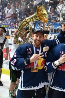 v li Michael WOLF M JJason JAFFRAY M Yannic SEIDENBERG M mit Pokal Trophaee Cup Siegerehrung; Eishockey