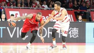 l r im Zweikampf Aktion mit Derrick Williams 23 FC Bayern Basketball und Jeff Brooks 32 AX Ar