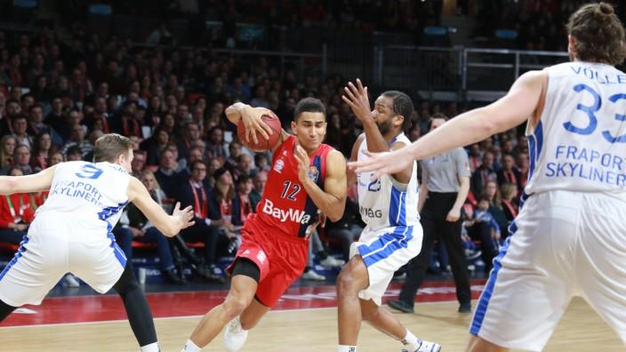 Maodo Lo mit Ball FC Bayern gegen Robertson Völler und Freudenberg Frankfurt Basketball