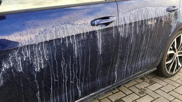 Hunderte Autos in Wolfsburg mit Klebstoff beschädigt