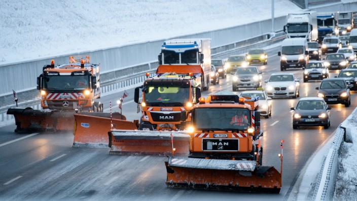 Schnee in Bayern - Winterdienst auf der A9 bei München