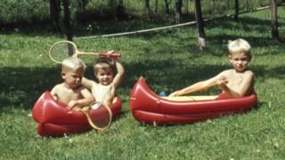 Kinder GER ca 19660 Kleinker beim Wassersport *** Children GER ca 19660 Kleinker at watersports