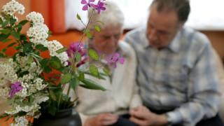 Brennende Töpfe und erschöpfte Verwandte: Wann Heim-Pflege nötig wird