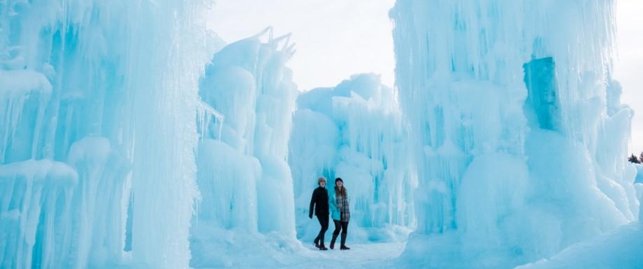Zwei Frauen gehen durch das Ice Castle in Edmonton, Kanada.