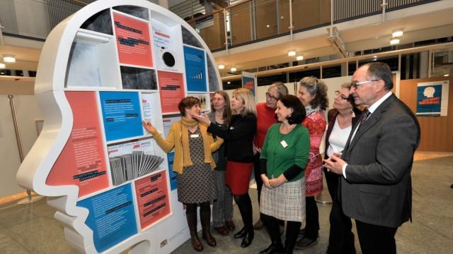 Starnberg: Landratsamt Ausstellung 'Was geht, was bleibt? Leben mit Demenz'