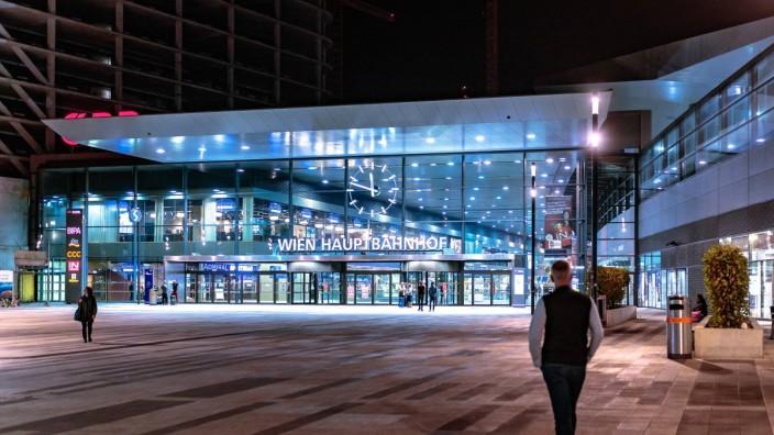 Wien THEMENBILD Vorplatz des Hauptbahnhofs Wien bei Nacht aufgenommen am 03 Juli 2017 Wien Oes