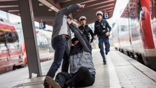 Streit Pärchen Bahnhof