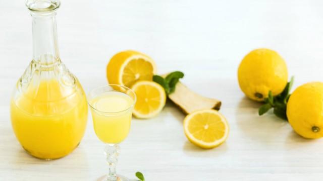 Italian traditional liqueur limoncello with lemon PUBLICATIONxINxGERxSUIxAUTxONLY Copyright xmaster