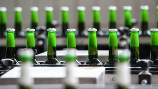 Bier - Bierflaschen in einer Abfüllanlage
