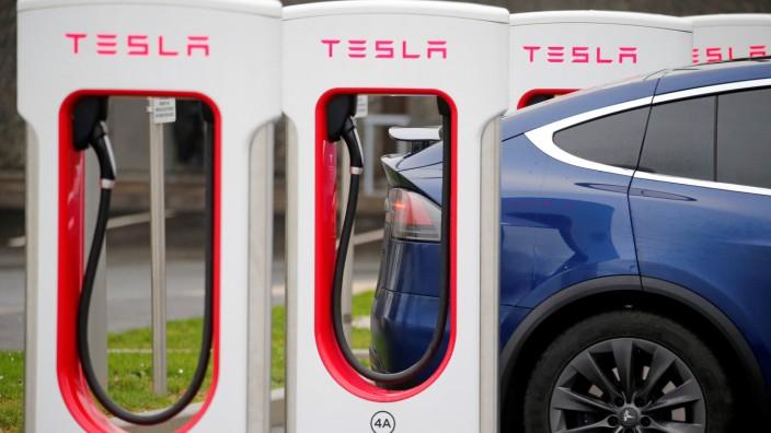 Tesla bei einer Ladestation