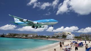Flugzeug Boeing 747 KLM im Landeanflug direkt über dem Strand St Maarten Sint Maarten Karibik
