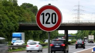 Ein Verkehrsschild auf der A59 zeigt eine Geschwindigkeitsbegrenzung von 120 Stundenkilometer an