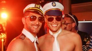 Partygäste auf einer LGBTQ-Kreuzfahrt