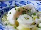Winterkabeljau Dorsch Skrei Fisch mit Essigzwiebeln und Kartoffeln