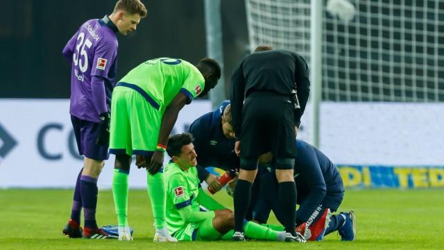 Schalke-Spieler Alessandro Schöpf verletzt sich beim Bundesliga-Spiel gegen Hertha BSC Berlin
