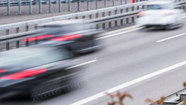 Tempolimit - Verkehrsschild für unbegrenzte Geschwindigkeit auf einer Autobahn