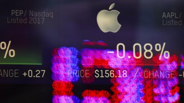Apple-Aktienzahlen auf einer Leinwand am Times Square in New York