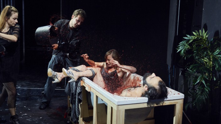 Münchener Kammerspiele: Dionysos Stadt: Wiebke Mollenhauer, Nils Kahnwald, Maja Beckmann, Majd Feddah (v.l.n.r.)