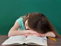 Student Sleeping At Desk model released Symbolfoto PUBLICATIONxINxGERxSUIxAUTxONLY Copyright xAndr
