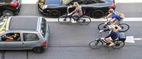 Radfahrer und Autos im Münchner Straßenverkehr