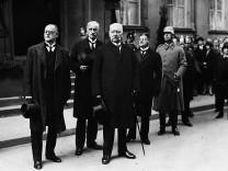 Hermann Müller und Paul von Hindenburg bei der Beisetzung von Gustav Stresemann, 1929