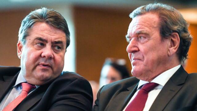 SPD-Politiker Gerhard Schröder und Sigmar Gabriel