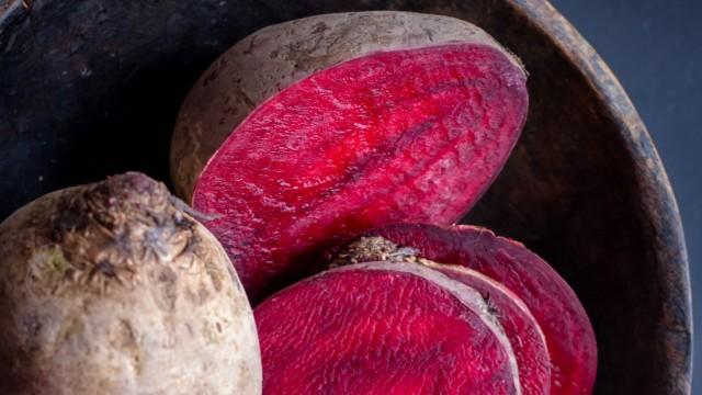 Frische Rote Bete Rüben in Scheiben rustikales Stilleben ESSEN UND TRINKEN creative *** Fresh beet