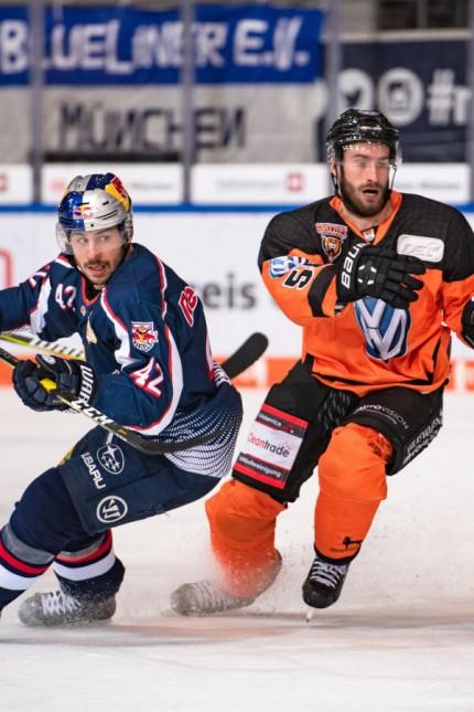 Yasin Ehliz EHC Red Bull Muenchen und Petr Pohl Grizzlys Wolfsburg Deutsche Eishockey Liga Hau