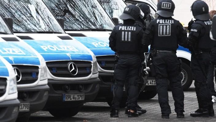Polizisten bei einer Razzia gegen Terrorverdächtige