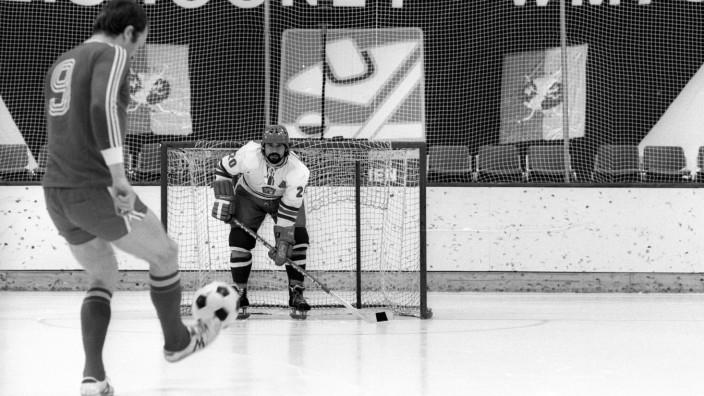 """Fußball vs Eishockey Gerd Müller BR Deutschland FC Bayern München und Jiri Holik CSSR werben; Für Thema des Tages """"Eishockey in München"""" (5. Februar 2019)"""