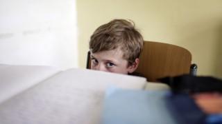 Ein Junge sitzt alleine im Klassenzimmer Berlin Deutschland 31 05 2011 MODEL RELEASE vorhand