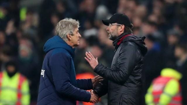 Liverpools Trainer Jürgen Klopp spricht Manuel Pellegrini