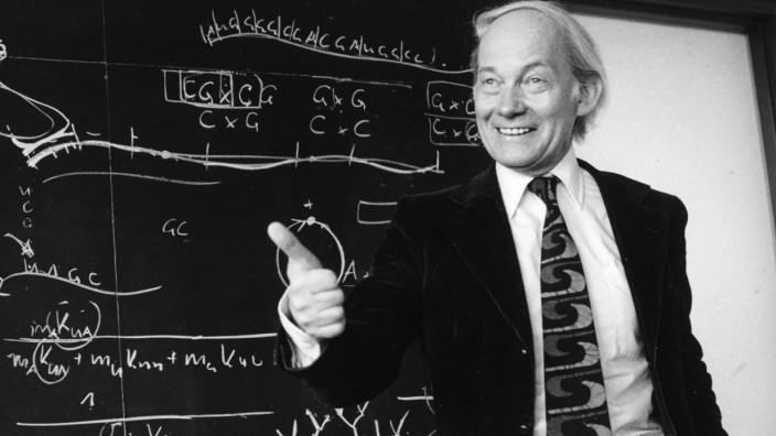Manfred Eigen während einer Vorlesung im Jahr 1979.