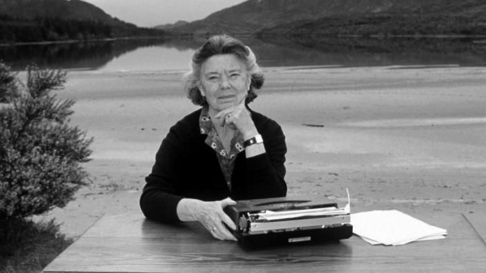 Rosamunde Pilcher an der Schreibmaschine; ROSAMUNDE PILCHER AN DER SCHREIBMASCHINE